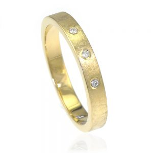 Urban diamond ring in 18ct yellow gold