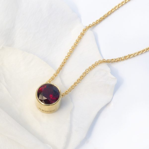 garnet necklace in 18ct gold