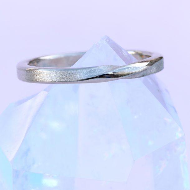 ribbon twist ring