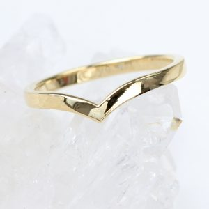 An elegant v-shaped wedding ring by Lilia Nash. Solid 18ct gold, available in a choice of 5 finishes. Order online or visit us by appointment in Lechlade.
